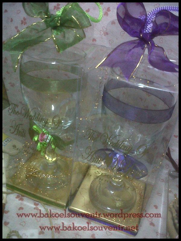 Souvenir Gelas Kaca Wine Anti dan Yogi Bakoel Souvenir