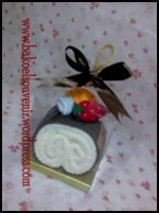 souvenir pernikahan-towel roll cake toping buah >> Rp.6000,-/pcs
